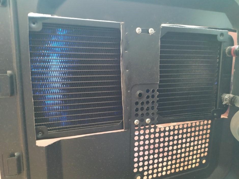 корпус компьютера с выпиленными отверстиями